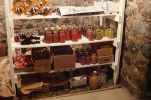 Полки с продуктами в гараже